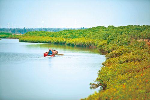 渔民泛舟儋州湾。