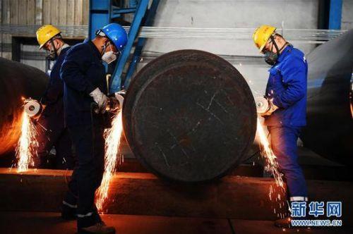 在中国一重集团有限公司的生产车间,工人在进行生产作业(2018年9月27日摄)。新华社记者 王建威 摄