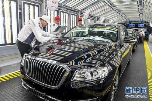 一汽红旗职工在总装车间内对生产的红旗轿车进行静检作业(4月9日摄)。 新华社记者 许畅 摄