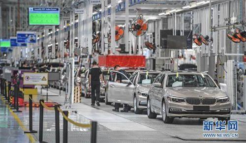 在沈阳华晨宝马大东工厂,工人在生产线上装配汽车(2018年5月23日摄)。 新华社记者 潘昱龙 摄