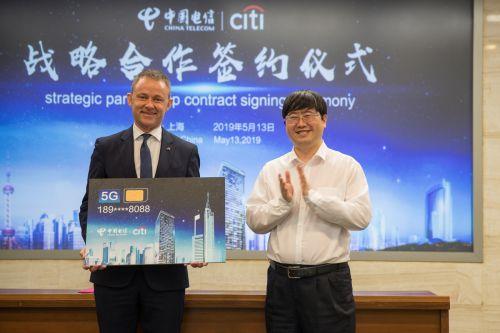 在签约仪式上,柏达仁(Darren Buckley)先生获得上海电信赠予的一张5G手机卡,成为国内首位拥有5G手机卡的外籍人士。