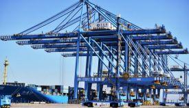 青岛港向智慧港口加速迈进 全球首例5G远程吊车操作完成