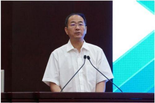 图为山东省能源局党组书记、局长栾健在论坛上致辞。殷晓旭/摄
