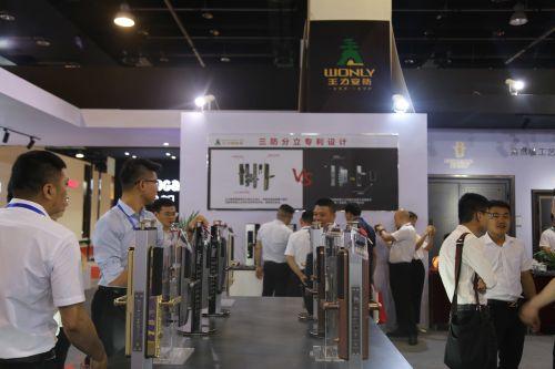 王力安防展位一角。中国经济导报 记者沈贞海 摄