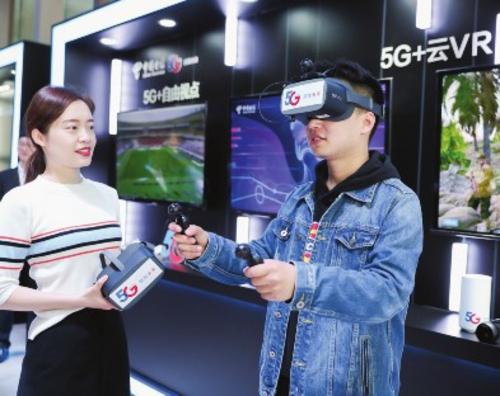 在5G环境下,用户使用VR头盔观看8K、4K高清视频,体验沉浸式VR游戏,感受到5G网络的高带宽、低时延服务。