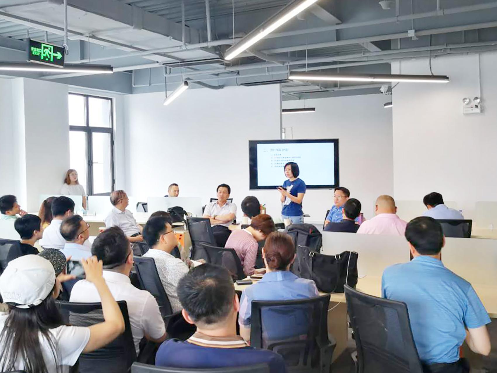 6月10日,中国电子商会跨境电商工作委员会召开第一届第四次理事会。委员会秘书长沈跃华主持会议,总结了