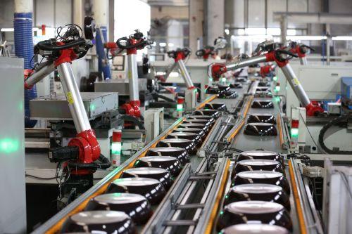 ▲三禾是国内顶尖锅具制造商,先后与包括双立人、LECREUSET、膳魔师等在内的国际一线品牌达成合作关系(图片来源:张培坚)