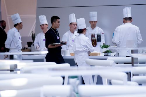 厨师们在紧张地忙碌着