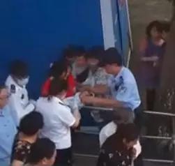 孕妇公厕意外分娩 奉贤警民接力