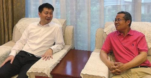 惠州市委副书记、市长刘吉(左)接受中国经济导报社社长胡跃龙(右)采访。刘渊源/摄