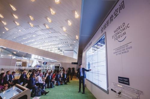 与会者在全球形势空间里关注地球环境治理。中国经济导报前方记者苗露/摄