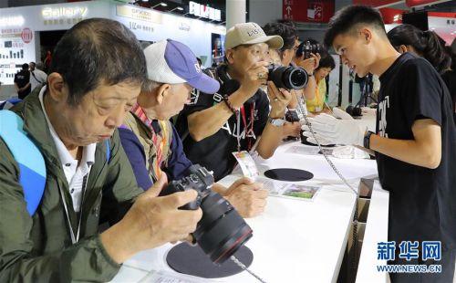 (经济)(2)上海国际摄影器材和数码影像展览会开幕