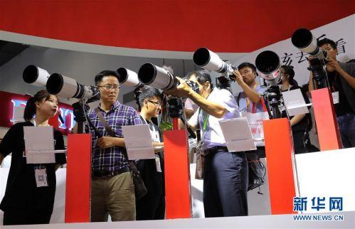 (经济)(1)上海国际摄影器材和数码影像展览会开幕
