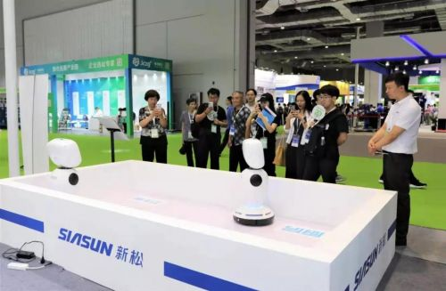 在新松展台,观众不仅可以近距离感受智能制造,更有服务类机器人可以互动体验,精彩展示尽在上海国家会展中心8.1馆 C100新松展位,快来体验。