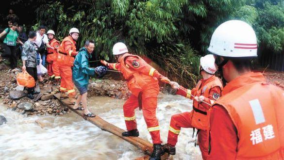 消防救援人员奋战在抗洪救灾第一线
