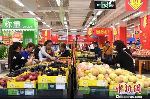 10月16日,广西南宁,民众在超市选购水果。当日,中国国家统计局发布数据,2017年9月份,中国居民消费价格同比上涨1.6%。其中,城市上涨1.7%,农村上涨1.4%。<a target='_blank' href='http://www.chinanews.com/'>中新社</a>记者 俞靖 摄