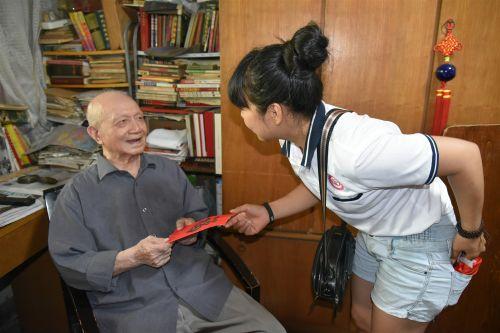 蒋妙妙为老人送上爱心人士的生日红包