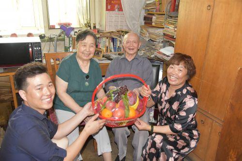 天津富瑞隆金属制品有限公司董事长门玉莲和妙妙公益志愿者为老兵敬献果篮