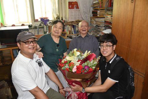 天津市商业大学志愿者为老人送上生日花篮