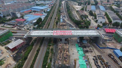 火炬路上跨新兖铁路立交桥成功转体