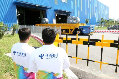 中国电信上海公司移动互联网部的技术人员时刻监测着宝钢无人重载框架车运输卷材时回传的高清视频信号。王万隆摄影
