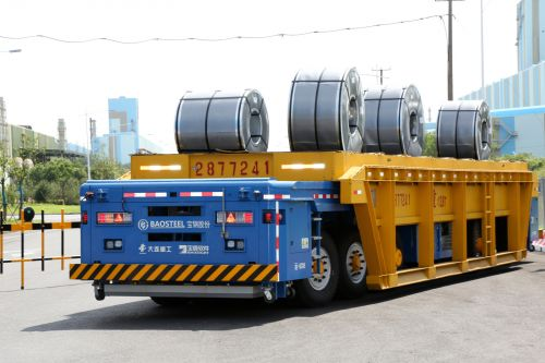 由中国电信上海公司的5G信号指路,运载着120顿钢材的无人重载框架车来回奔忙。王万隆摄影