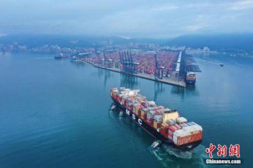"""7月23日,位于深圳的盐田国际集装箱码头迎来目前全球最大运载量的集装箱船—""""地中海古尔松""""号首航。该轮全长400米、宽62米,可装载23756个标箱,总吨位230000吨,是当下全球航运市场最大的集装箱船舶。<a target='_blank' href='http://www.chinanews.com/'>中新社</a>发 王哲 摄"""