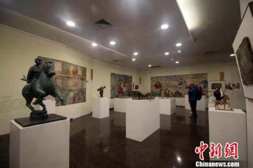 绘有600余年前体育元素的山西古代壁画6日在山西省太原美术馆展出。 杨佩佩 摄