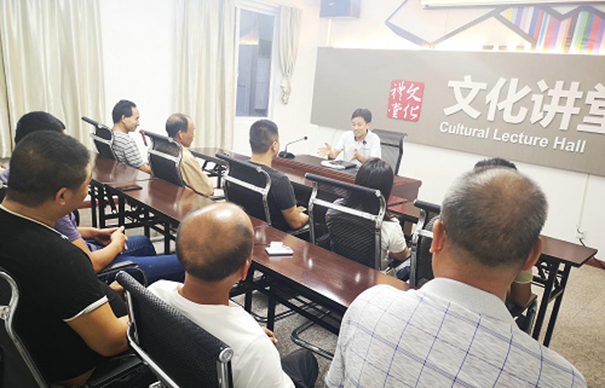 文成县巨屿镇垟地边村文化礼堂开展《中国历史文化和当前国际形势》讲座。夏念让 摄
