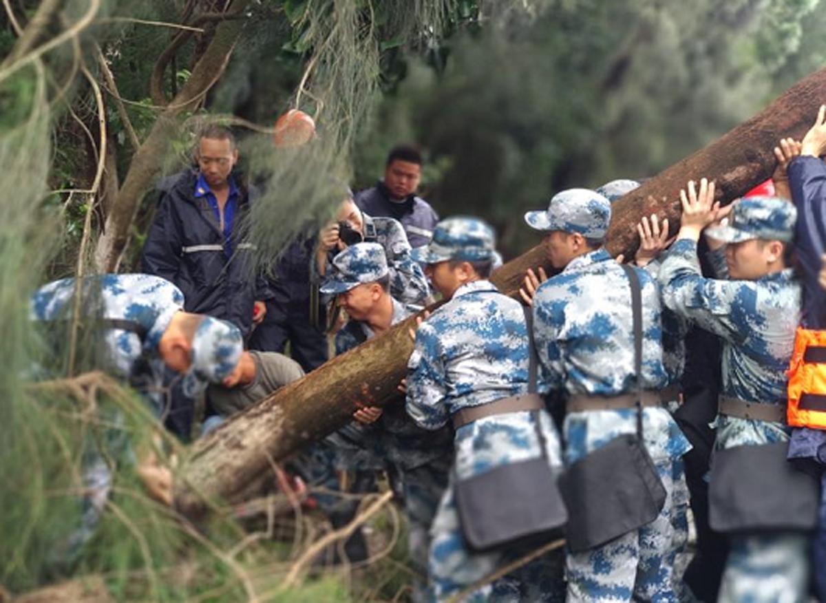 为了尽快疏通道路,南麂的驻岛官兵和公安民警也第一时间助力抢险救灾工作,军警民通力合作,为整个南麂救灾