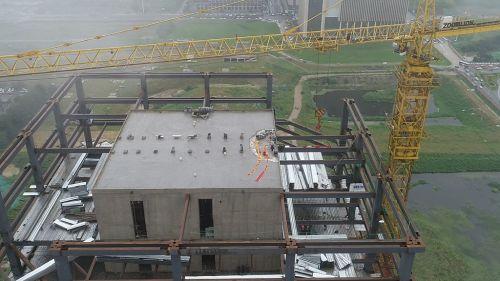 7.项目最后一根封顶钢梁吊装就位