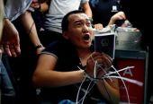 付国豪香港机场遭殴打 警方逮捕19岁涉案男子