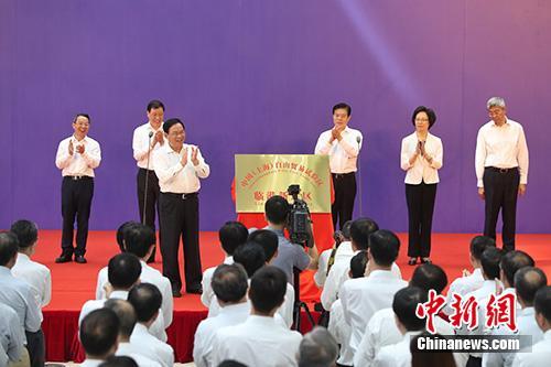 图为上海市委书记李强为临港新片区揭牌。<a target='_blank' href='http://www.chinanews.com/'>中新社</a>记者 张亨伟 摄