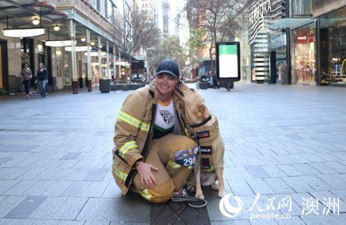 消防员娜塔莉·布林德尔和她的消防犬恩伯参与挑战(摄影 汪奕含