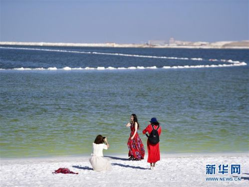 (社会)(3)察尔汗盐湖美景引客来