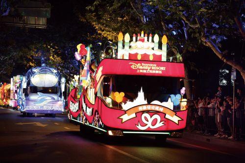 图为上海旅游节的花车一景