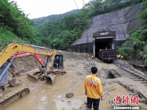 南昆线遭1000方泥石上道侵线铁路员工连夜作战抢畅通