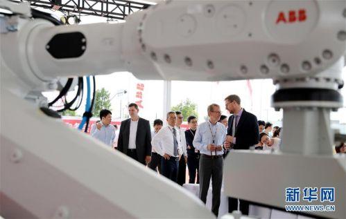 (經濟)(1)ABB機器人未來工廠奠基儀式在上海舉行