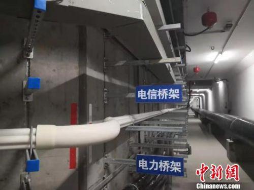 图为综合地下管廊待安装区域的不同类型桥架。 高康迪 摄