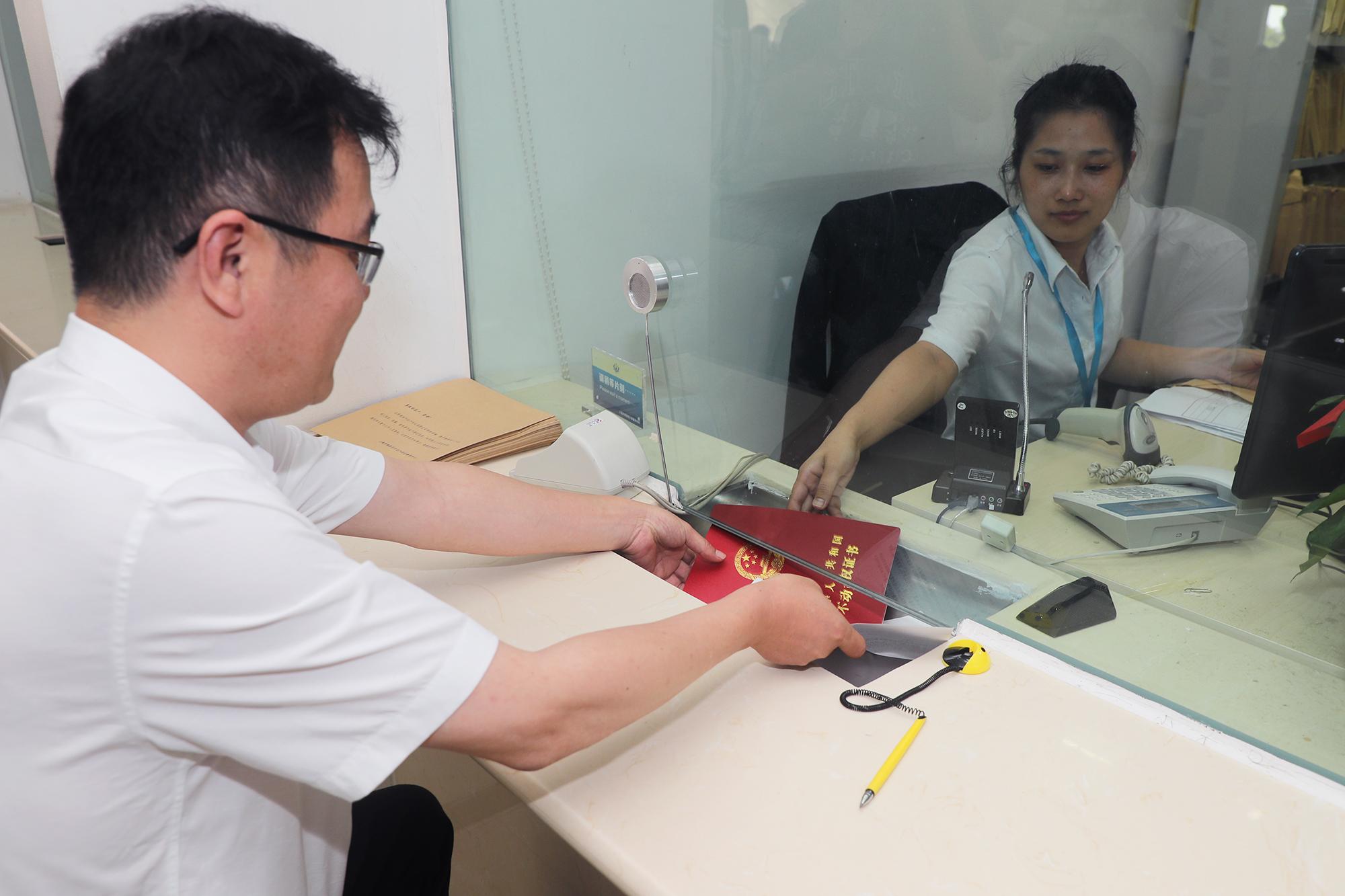9月17日下午,上海中车城市交通建设投资有限公司总经理杨志峰在奉贤区行政服务中心领到了五张证书。倪珺
