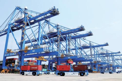 青岛港全自动化集装箱码头。新华社