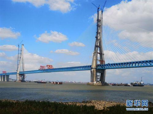 (经济)主跨超千米公铁两用斜拉桥沪通大桥顺利合龙