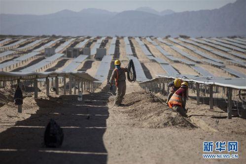 """(国际·图文互动)(7)通讯:中国企业让阿根廷荒漠披上""""蓝色铠甲"""""""