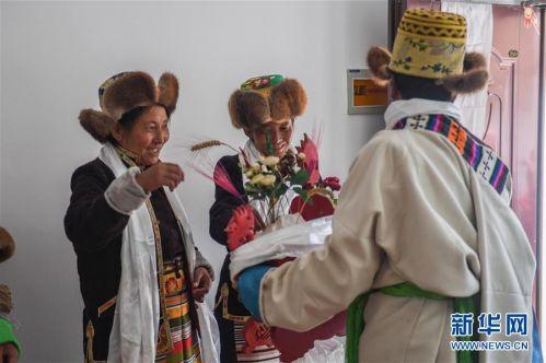(社会)(9)西藏:边民笑逐颜开搬新家