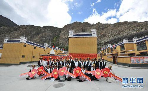 (社会)(2)西藏:边民笑逐颜开搬新家