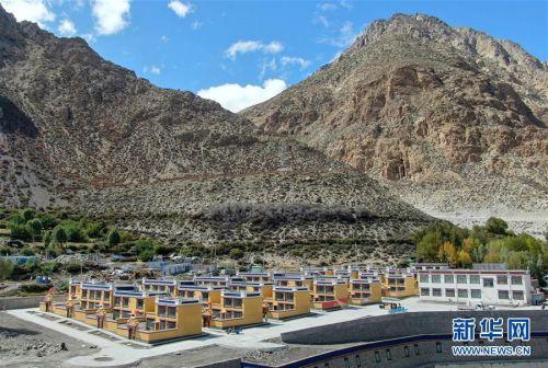 (社会)(8)西藏:边民笑逐颜开搬新家