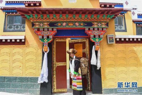 (社会)(6)西藏:边民笑逐颜开搬新家