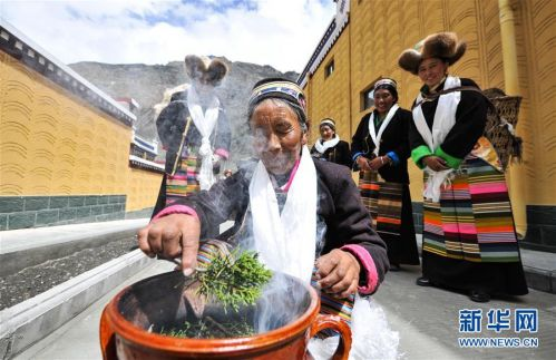 (社会)(10)西藏:边民笑逐颜开搬新家