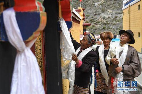 (社会)(5)西藏:边民笑逐颜开搬新家