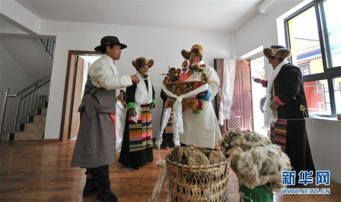 (社会)(1)西藏:边民笑逐颜开搬新家